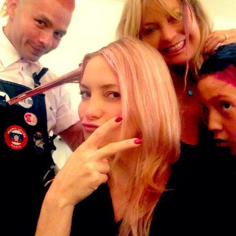 Кейт Хадсон перекрасилась в розовый цвет ради больных раком