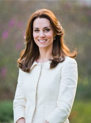 С 5-летним юбилеем: Кейт Миддлтон в жакете Alberta Ferretti и принц Уильям на новом официальном портрете