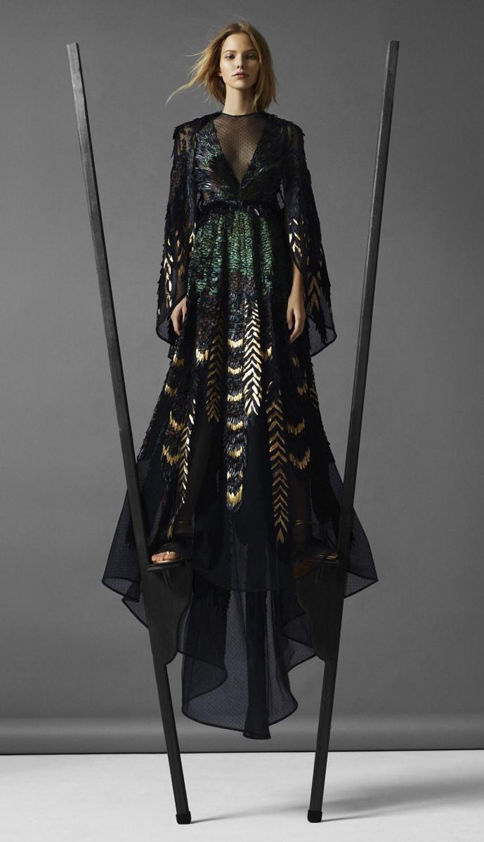 воздушная Саша Лусс на ходулях в фотосессии для Harpers Bazaar US