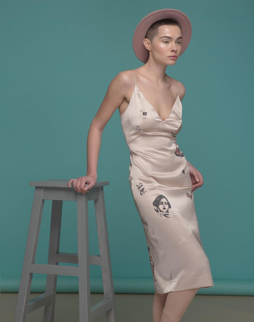 Образ дня: Вера Брежнева в платье-ночнушке с татуировками за 290 евро