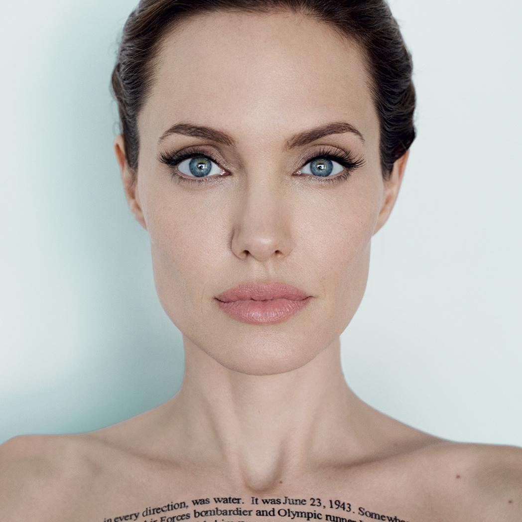 Фотофакт: Анджелина Джоли сделала очередную татуировку
