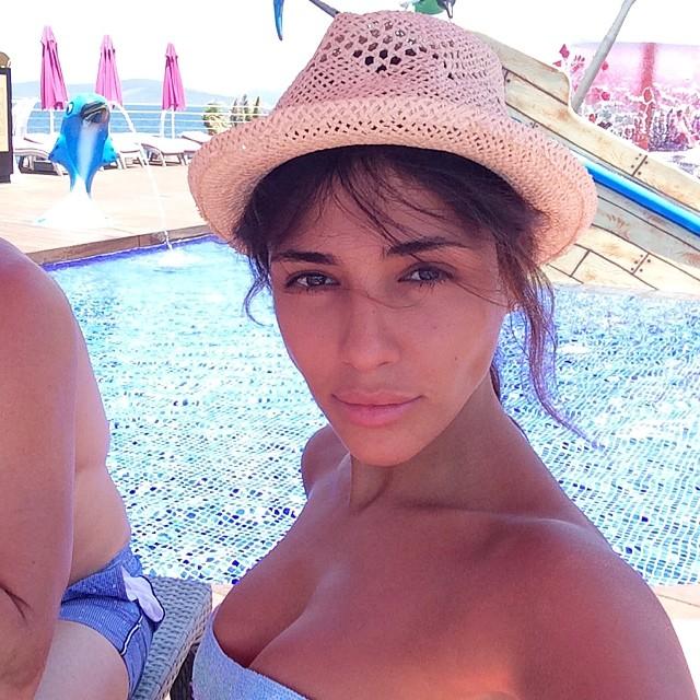 Популярная экс-виягрянка Санта Димопулос на своей странице в Instagram поделилась свежими фото, сделанными во время отдыха на пляже. На снимках красотка позирует полностью без макияжа, демонстрируя свою природную красоту.