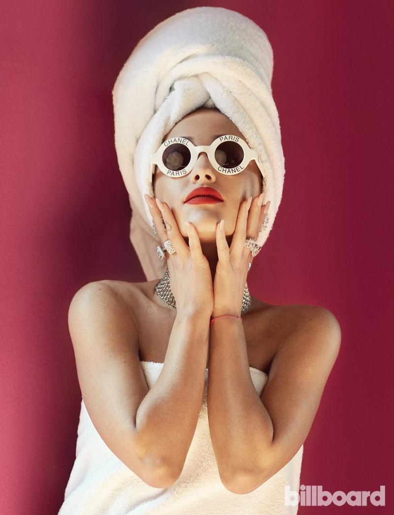 Упс, застукали: актриса Ариана Гранде в полотенце снялась для журнала Billboard