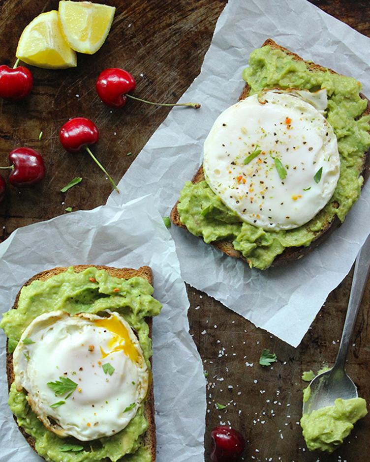 Полезный и быстрый завтрак: тосты с авокадо и яйцом