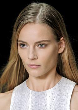 Широкие брови – ключевой элемент идеального образа