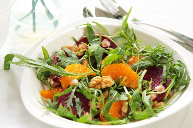 Салат с черемшой, редисом и творогом