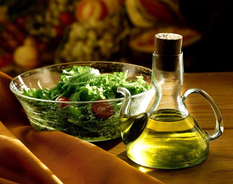 Большой салат из весенний зелени с йогуртом
