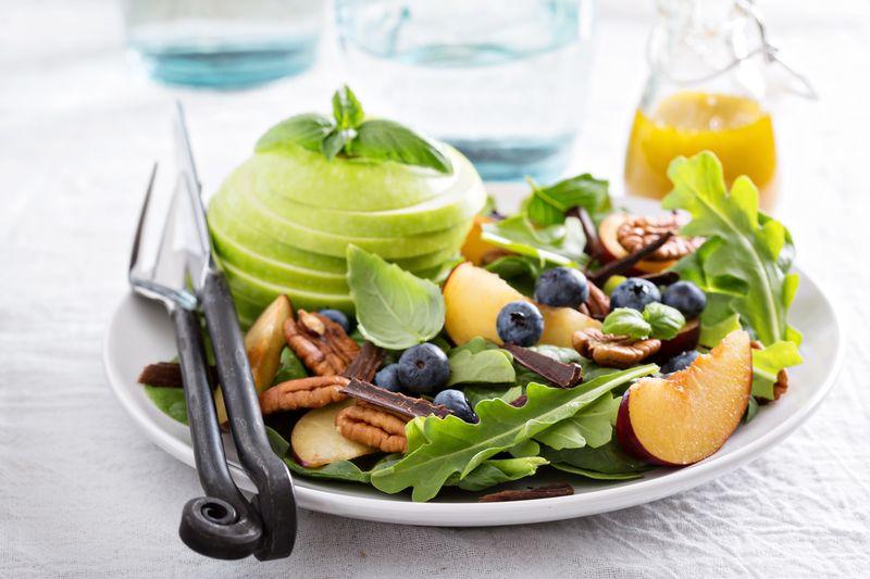 Правильный детокс: 7 лучших рецептов весенних салатов с первой зеленью
