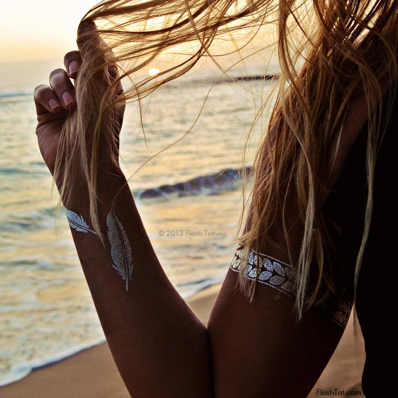 Flash-tatuointeja käytetään tavallisesti sormien sankareissa yhdessä lukuisten renkaiden, ranteiden, hartioiden ja nilkkojen kanssa. Myös naiset vaativat flash-tatuointeja vetämään täydellisen rusketuksen vatsaan ja keskittymään décolleté-vyöhykkeeseen. Instagram-verkostossa löydät usein kuvia tytöistä, jotka aiheuttavat flashbackeja ketjujen, kukkakuvioiden, geometristen kuvioiden ja itämaisten koristeiden muodossa. Mehendi (intialainen hennan piirustuskäsittelytekniikka, käsien käsitteleminen), ovat erittäin suosittuja. Flash-tatuoinnilla voit turvallisesti mennä uima-ateriohjelmaan, pitää hauskaa aamuun asti vaahtopuolella ja tanssia, tanssia ja tanssia! Nämä tatuoinnit eivät pelkää vettä, aurinkoa ja hiekkaa, ennen kuin et vahingoita juuri sitä ihon aluetta, johon flash-asema liikkuu. Tietenkin, jos käytät suihketta kahdesti päivässä, sinä värjäät öljyillä ja voiteilla, niin tatuoinnin käyttöikä lyhenee huomattavasti. Tämän vuoksi tatuoinnit sormien halkeilla ovat huomattavasti vähemmän kuin muilla kehon alueilla. Kuinka soveltaa flash-tatuointeja? Tietenkin, ensimmäistä kertaa, suosittelemme kääntyä ammattilaisten, mutta jos olet tottunut tekemään omasta, menettely on seuraava: Esipese ihoa, kuivaa, varmista, että se ei jää jälkiä kerma ja muut tuotteet. Leikkaa tatuointi mahdollisimman lähelle reunaa, poista läpinäkyvä pää. Jaa tatuointi rungolle ja liitä se piirustukseen. Varmista, että kuvio on symmetrinen. Kostuta tatuointi kostealla sienellä ja paina sitä varovasti ihoa vasten. Pidä tatuointi painettuna 30 sekunnin ajan. Poista sitten paperi varovasti ja anna piirroksen kuivua. Voit kuivata sen hieman hiustenkuivaajalla. Kuinka poistaa flash-tatuointeja? Vain märkää lautasliina missä tahansa öljyssä (alkoholipitoinen neste) ja pyyhi iho huolellisesti. Valmistajat eivät suosittele sellaisten ihoalueiden saippuaa, joissa on flash-tatuointeja, ja käyttävät myös varoja, kuten edellä mainittiin, öljyillä ja alkoholilla. Oikea ja huolellinen hoito, väliaikainen 
