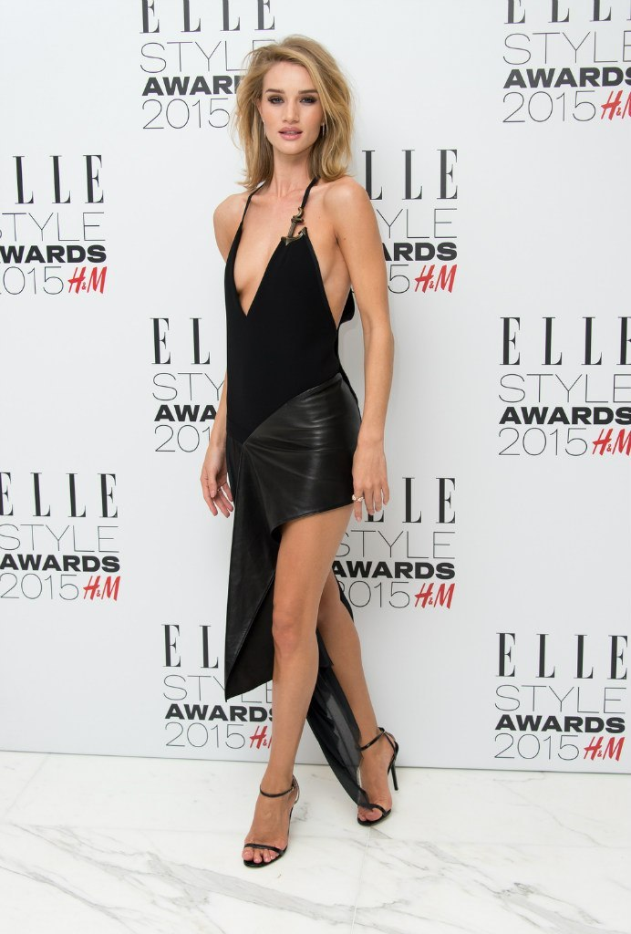 Вот это поворот: Рози Хантингтон-Уайтли шокировала чересчур коротким платьем