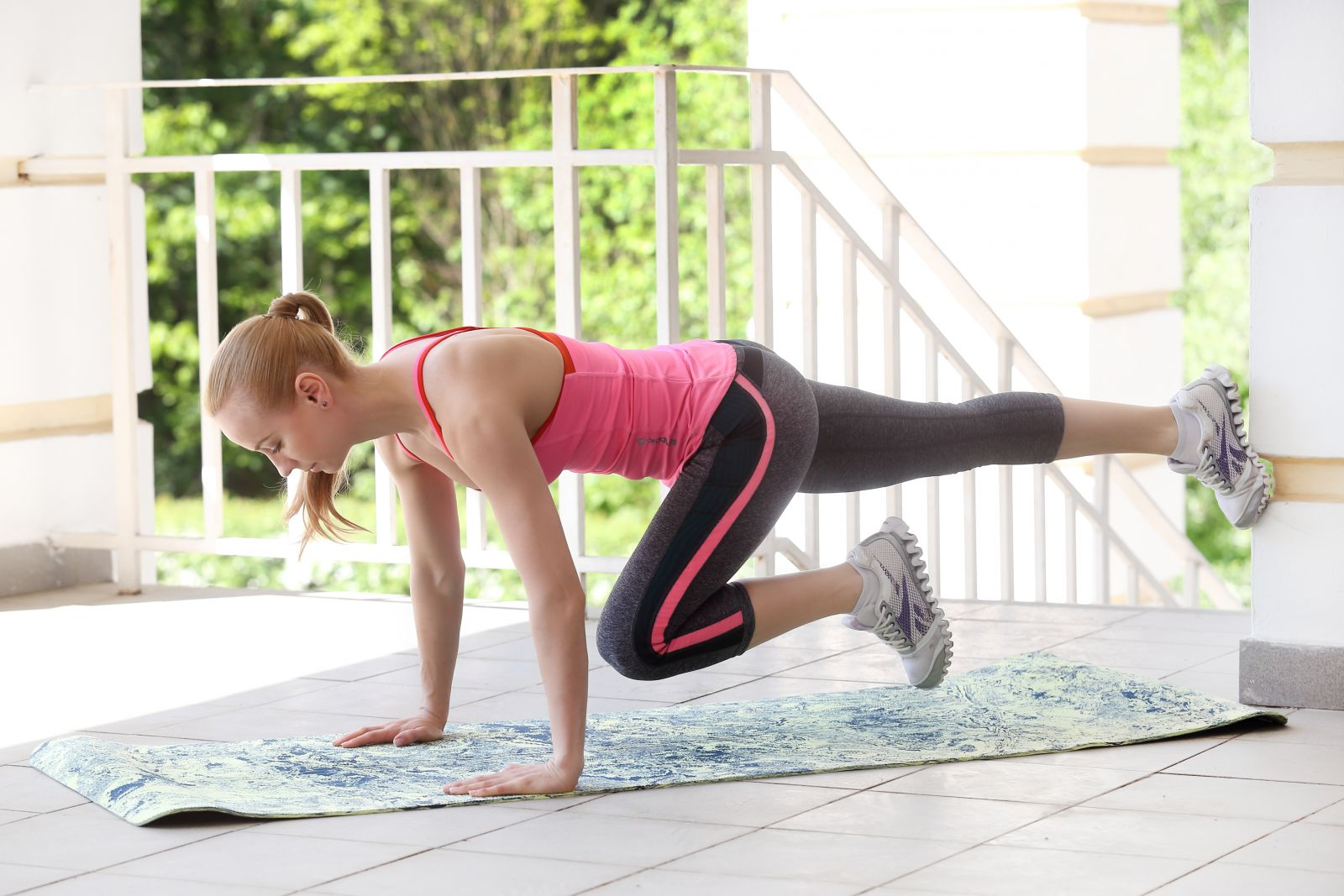 упражнения у стены, комплекс упражнений у стены фото