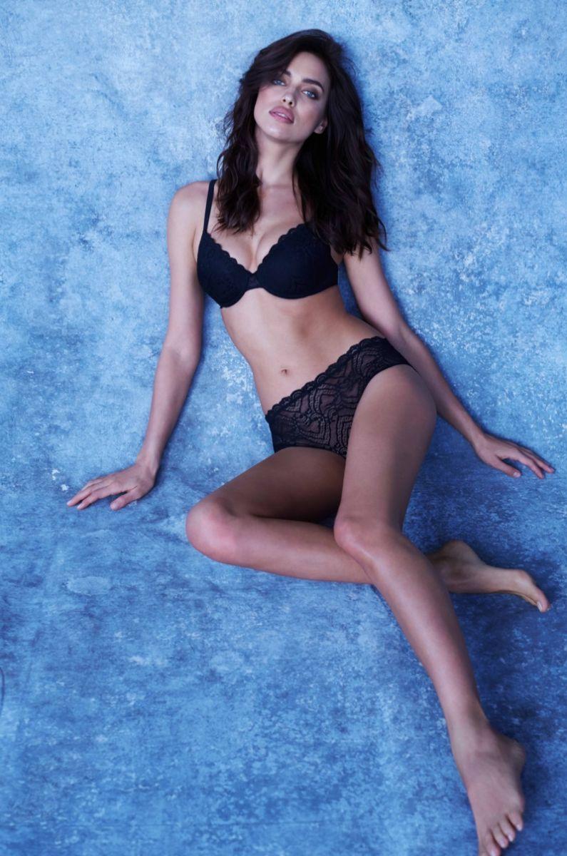 В неглиже: соблазнительная Ирина Шейк в рекламе нижнего белья Intimissimi фото