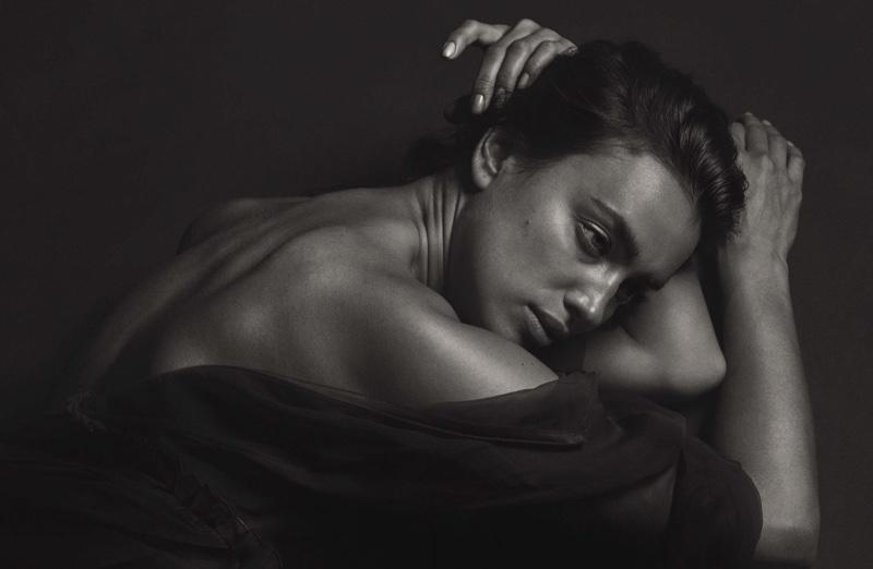 Российская топ-модель Ирина Шейк украсила обложку и страница свежего номера мужского журнала и откровенно рассказала о своих пристрастиях фото
