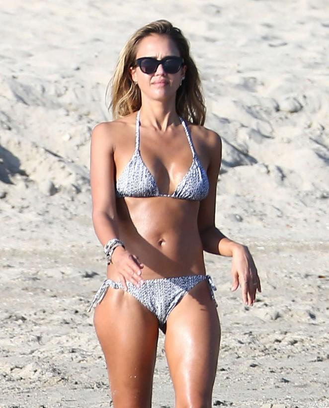 Джессика Альба похвасталась стройной фигурой на пляже