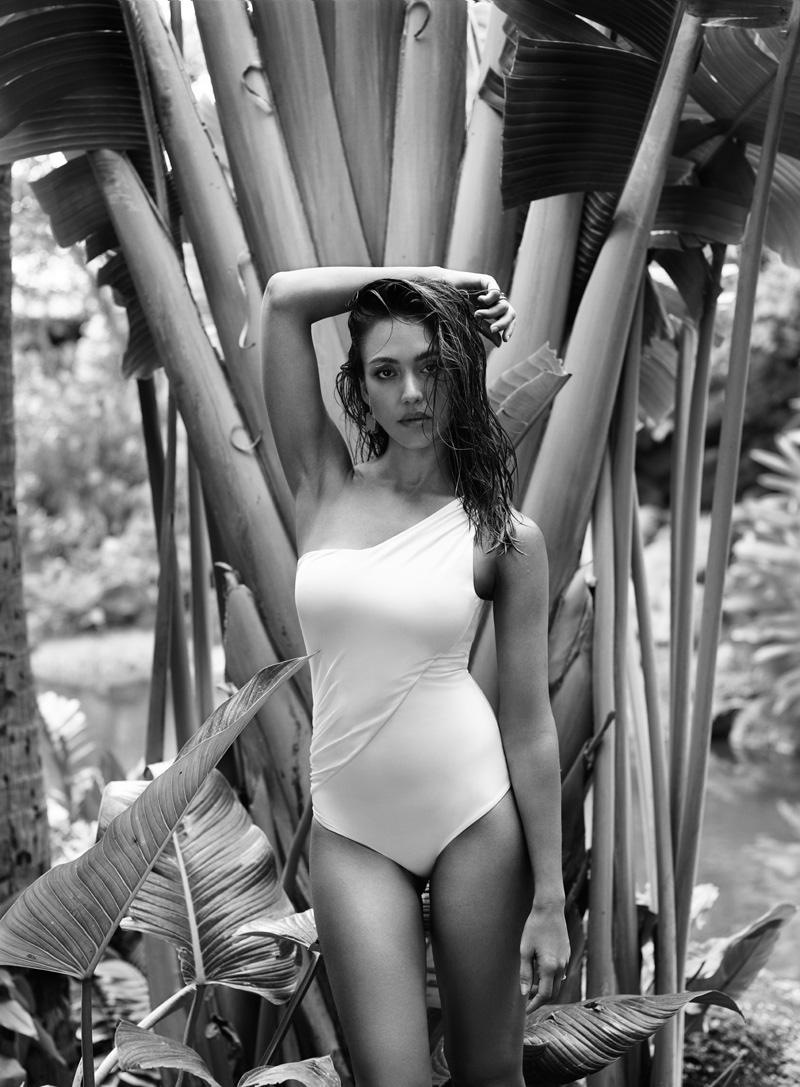 Красотка на пляже: Джессика Альба в купальнике снялась для InStyle
