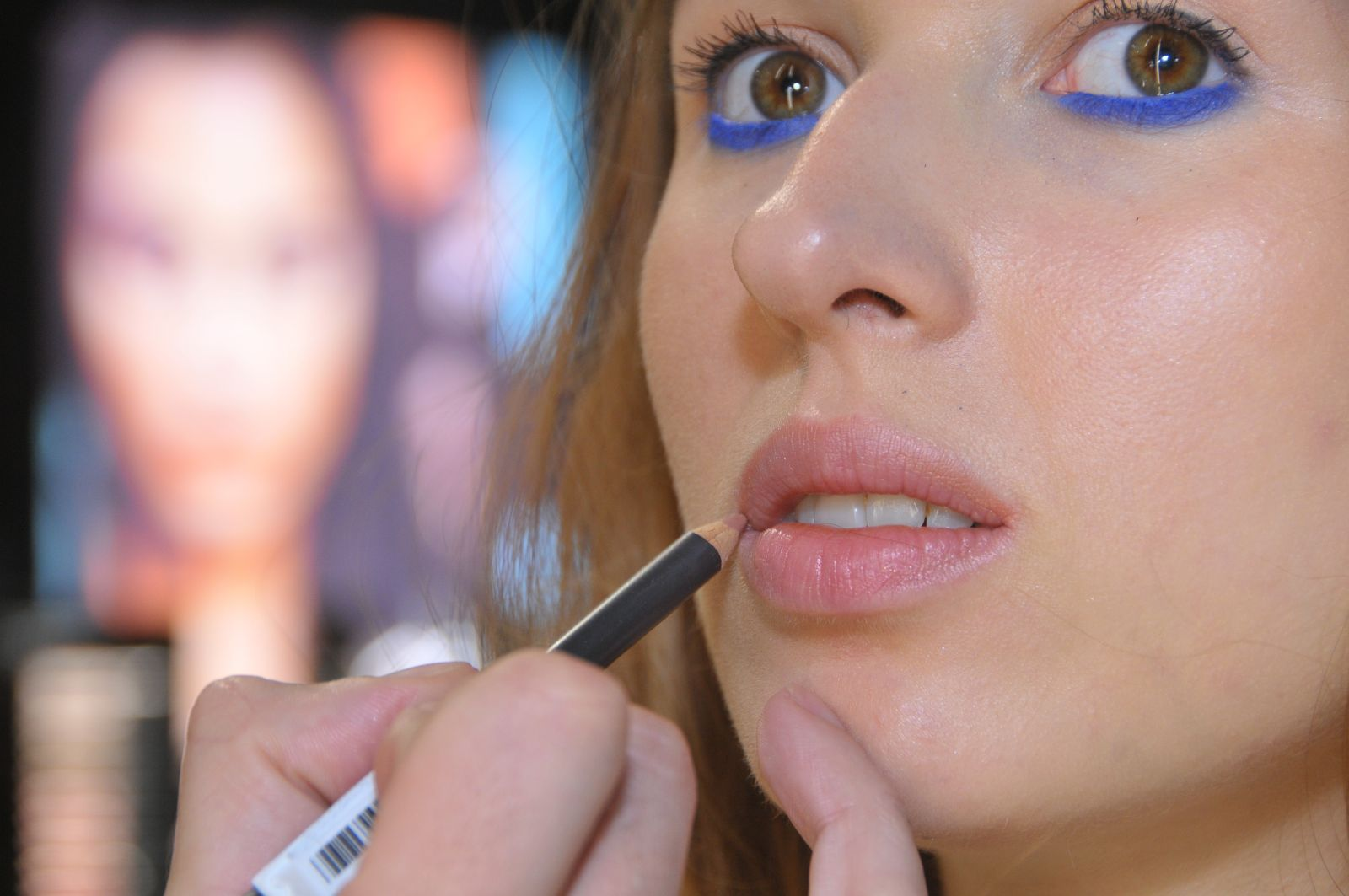 Мастер-класс: яркий летний макияж в синей гамме с sun stripping фото