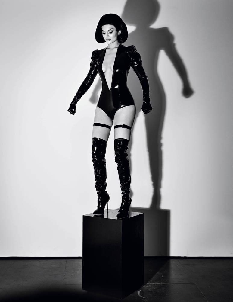 Кукла Кайли: скандальная съемка Кайли Дженнер для Interview вызвала волну негодования