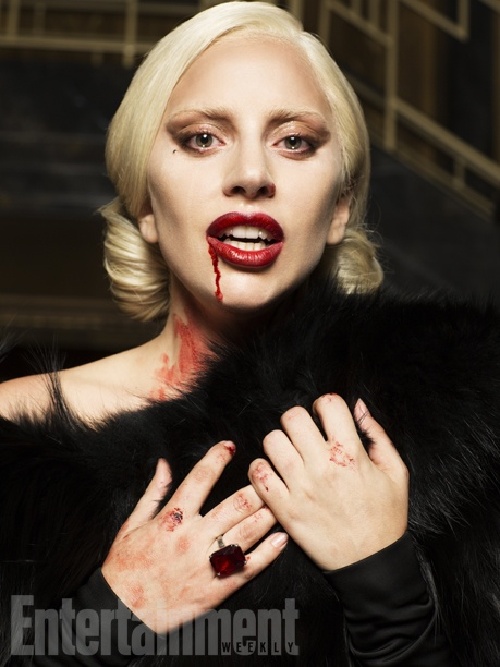 Кровожадная: Леди Гага примерила образ элегантной вампирши