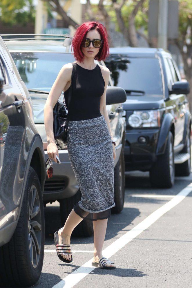 Лили Коллинз покрасила волосы в малиновый цвет фото