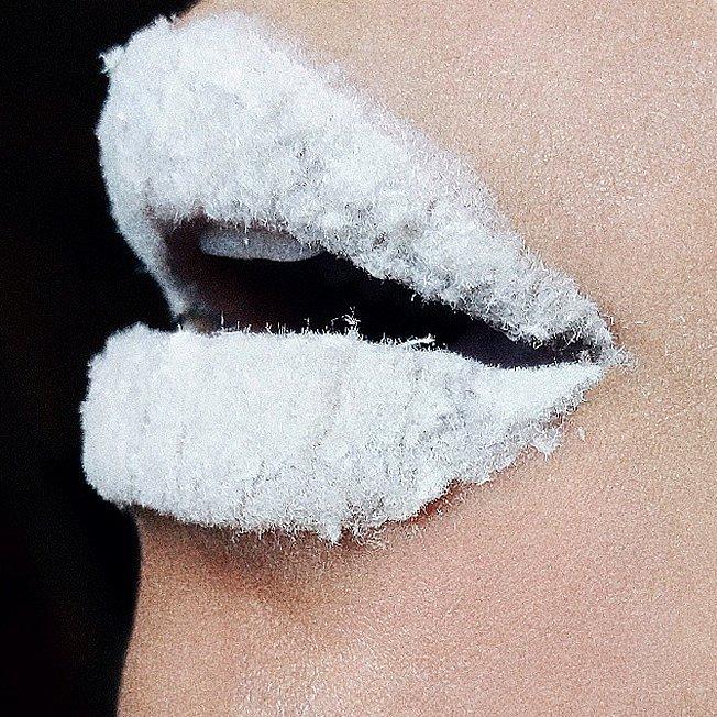 Отвлекись от работы и вдохновись к Хеллоуину: безумно красивые арты, созданные на губах