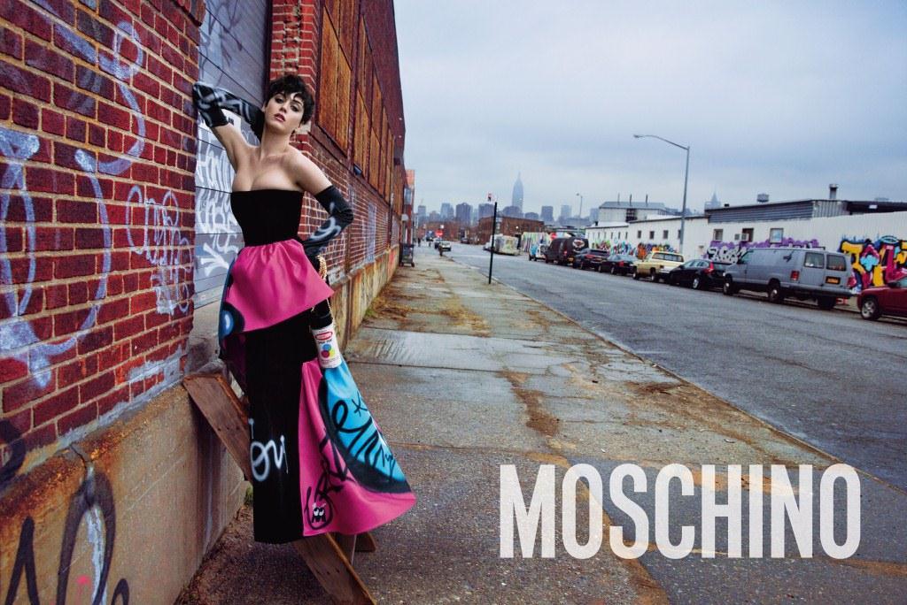 Кэти Перри напоминает нам как нужно одеваться этой осенью и зимой по версии Moschino