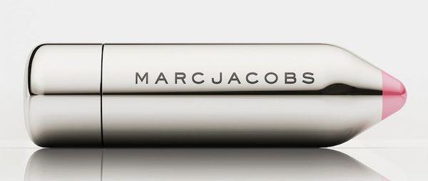 Фишкой новой коллекции макияж Marc Jacobs  осень 2014 стал оригинальный округлый дизайн упаковок, который делает каждый продукт настоящий стильными аксессуаром каждый женской сумочки.  В новую линейку макияжа Marc Jacobs Beauty Collection Fall 2014 входят тени для век в форме карандаша Marc Jacobs Twinkle Pop Cool Eye Shimmer Stick , представленные в 9 мерцающих оттенках, тушь для ресниц Marc Jacobs O!Mega Lash Volumizing Mascara, которая содержит эфирные масла и мягкие воски, а также витамины В5 и C, укрепляющие ресницы.  Также в новой коллекции ты найдешь тональный увлажняющий крем в форме стика Marc Jacobs Smart Wand Hydrating Tint Stick, выравнивающий тон кожи и придающей ей сияние.  Ну и наконец-то – потрясающие губные помады в стильной мини-упаковке в форме карандаша Marc Jacobs Kiss Pop Gel Color, доступная в 9 новых оттенках.   Коллекция макияжа Marc Jacobs Beauty Collection осень 2014 уже доступна в сети магазинов Sefora.