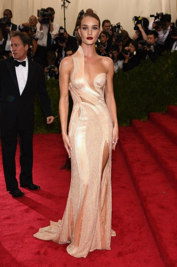 Невероятная красота: Рози Хантингтон-Уайтли покорила beauty-образом на Met Gala 2015