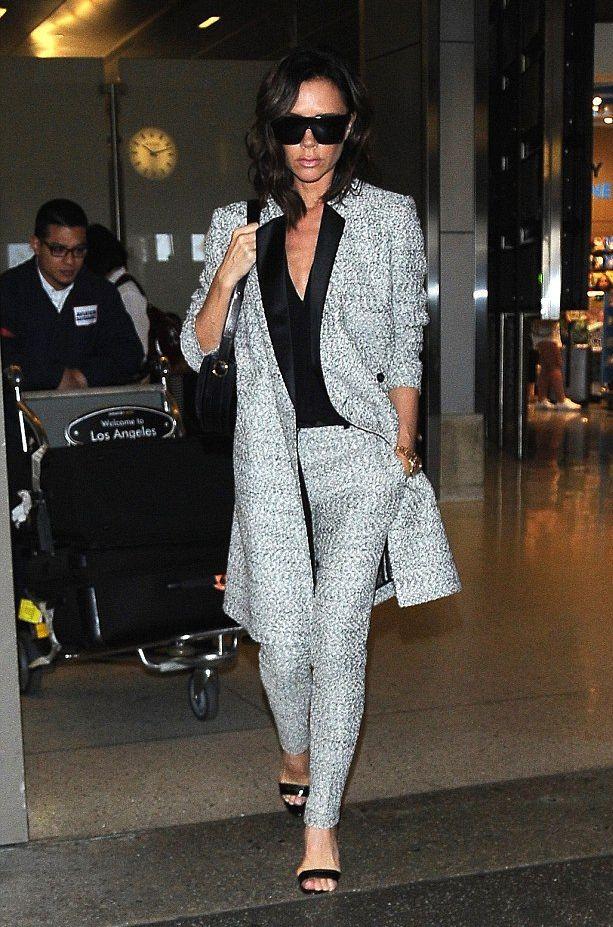 Королева street-style: Виктория Бекхэм радует новым аэропортным образом фото