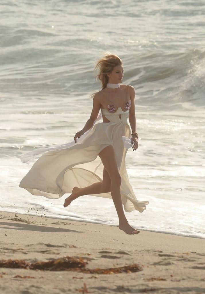 Рози Хантингтон-Уайтли примеряла платье Рианны