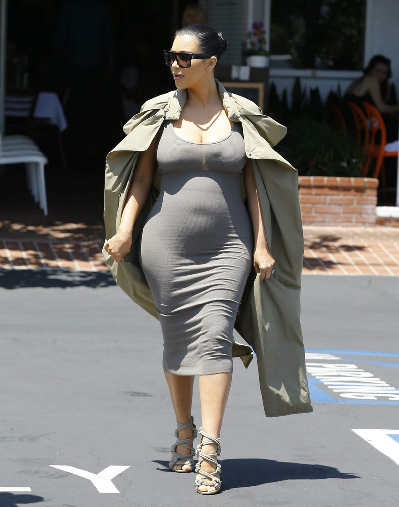 Фотофакт: Ким Кардашьян показала округлившийся животик