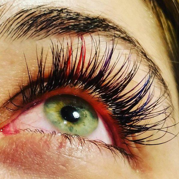 Красота в глазах смотрящего: новый тренд - радужное наращивание ресниц