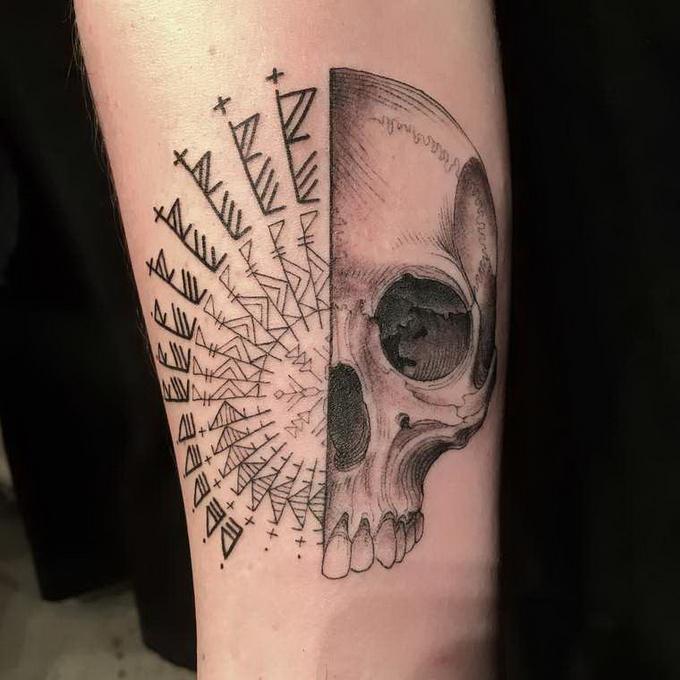 Выбери меня, выбери меня: татуировщик бьет тату, не видя клиента