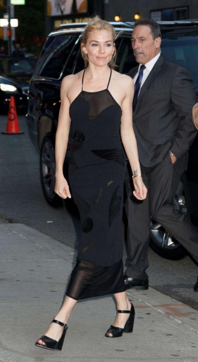 Сиенна Миллер в элегантном черном платье Roland Mouret фото