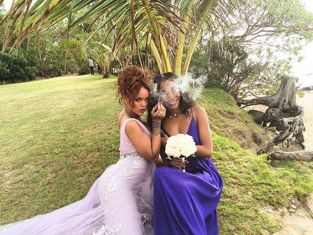 Фотофакт: Рианна примеряла образ подружки невесты