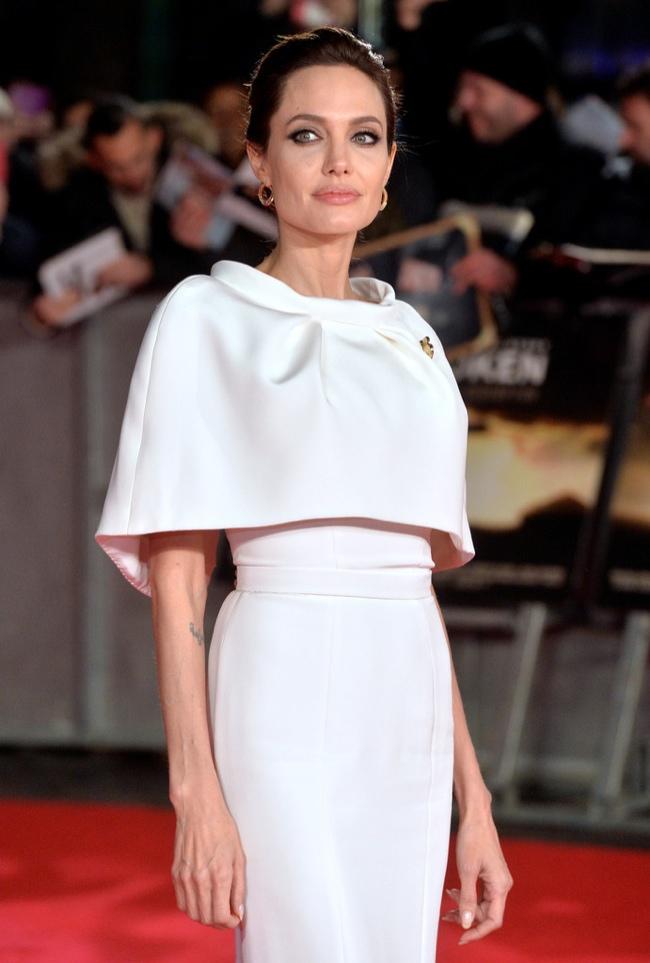 Анджелина Джоли вышла в свет в элегантном кремовом платье