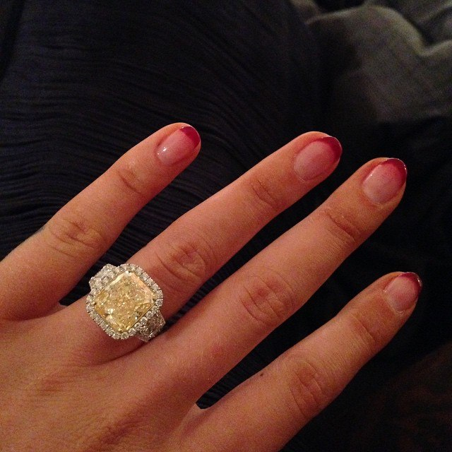 Еще одна знаменитая красавица похвасталась обручальным кольцом!