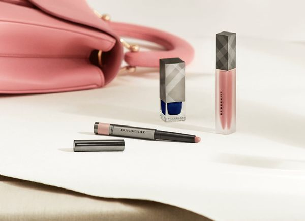 Что нового: помады Clinique, набор для бровей Artistry, круизная коллекция Chanel и другое Chanel, Artistry