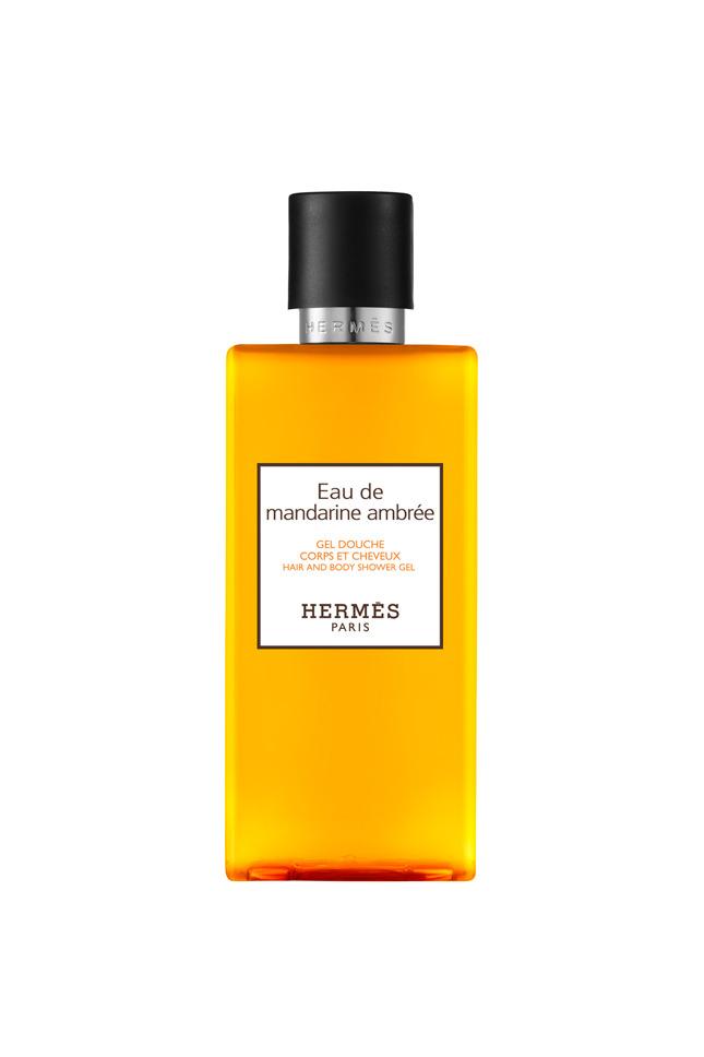 Знаменитые ароматы из серии Parfumes Jardines от Hermеs получили воплощение в коллекции Le Bain, в которой ты можешь найти все для водных процедур в стиле люкс: гели для душа, лосьоны для тела, бальзамы, твердое и жидкое мыло. Впечатляют и упаковки коллекции Le Bain: бальзам заключен в металлическую «шайбочку», гели для душа – в стильные флаконы классических ароматов бренда, жидкое мыло – в округлые сосуды, а твердое – в роскошной бумаге со знаменитым платочным принтом Hermеs.