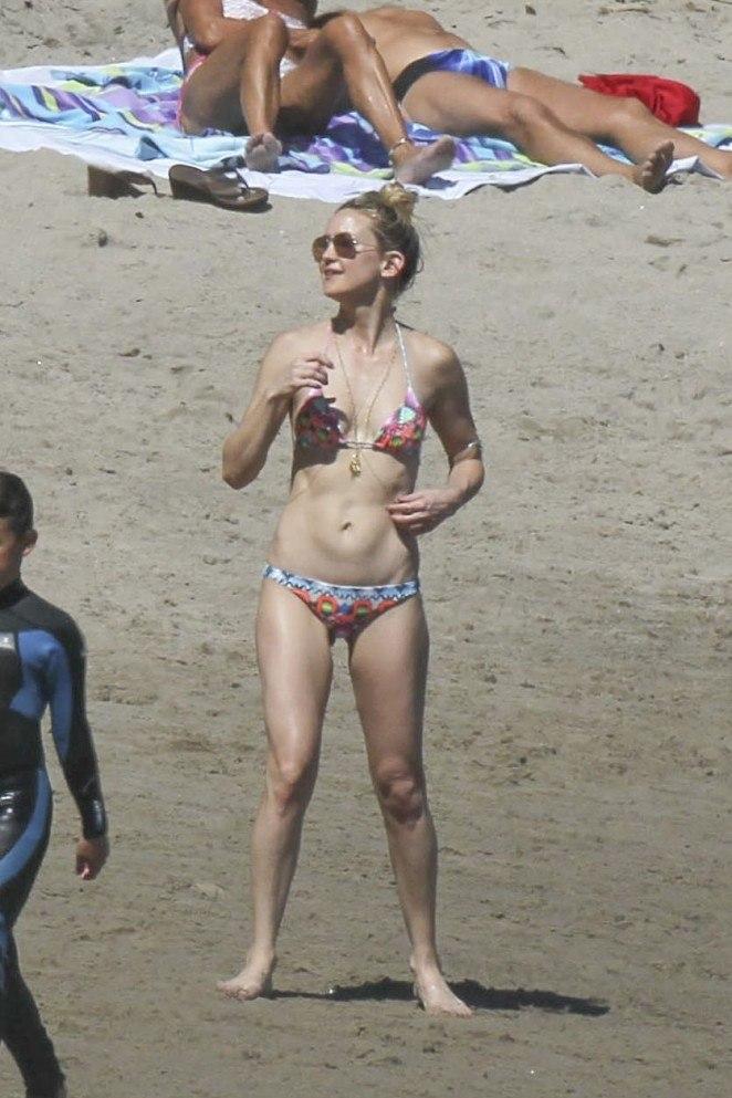 Фотофакт: Кейт Хадсон сразила стройной фигурой в бикини