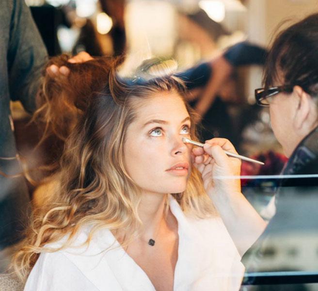 В эксклюзивном интервью ELLE 29-летняя успешная топ-модель Дауцтен Крез делится секретами красоты, которые помогают ей всегда быть в форме и покорять миллионы мужских сердец своей ангельской красотой.   Недавно Дауцтен Крез стала лицом аромата Reveal от Calvin Klein. Конечно же, разговор с красавицей начался с ее предпочтений в ароматах:   Дауцтен, есть ли секретный способ наносить парфюм – так, чтобы благоухать подольше и привлекать внимание всех окружающих мужчин? Честно говоря, я не знаю такого способа нанесения аромата, но я всегда наношу капельку парфюма на пульсирующую зону (запястье, шея) и немного на волосы.   Когда ты не на красной дорожке, что ты предпочитаешь носить?   Свитшоты, топы и удобные треники, а также обожаю ходить боиском. Я всегда хожу босиком))) И также я ношу угги! Конечно, я не хожу в них на встречи, но во дворе и в магазин – запросто. Это очень удобно.   Недавно у тебя родился второй ребенок! Скажи, тебе, как модели, было сложно возвращаться в форму после родов? Чувствовалось ли давление?     Это большой плюс, что у меня такая работа, которая вынуждает работать над собой. Многие женщины рожают детей и вновь возвращаются на работу… Моя же работа предполагает сделать прическу, стильный макияж – и я вновь красота! (смеется) Как быстро ты вернулась к работе после родов? Спустя 5 недель.  Так быстро!??  Да, это было вечернее мероприятие – презентация аромата Reveal. Тогда я взяла свою дочурку с собой – из Голландии в Нью-Йорк. Это было тяжело, но все же, это моя работа, ведь за меня никто ее не сделает! Когда я подписала контракт, это как раз и было частью соглашения, что после родов я сразу же вернусь к работе. Но себе я сказала, что ни в коем случае не буду на себя давить, ведь как какждая женщина я хотела насладиться беременностью и первыми днями со своим малышом. Также я имела хороший опыт с первым ребенком – я знала, что мое тело быстро вернется в форму! Но даже если бы я не похудела, я не стала бы себя винить в этом и нервничать.  Наверное
