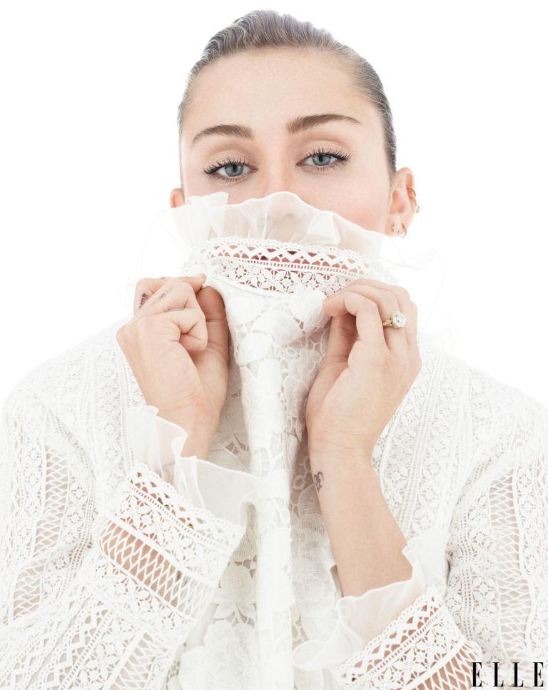 Майли Сайрус в прозрачных кружевных платьях снялась для модного глянца (ФОТО)