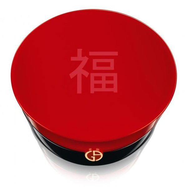 В последнее время все больше и больше брендов выпускают не только традиционные рождественские коллекции макияжа, но и особые лимитированные версии стар-продуктов: Burberry - аромат My Burberry, Guerlain – спрей La Petite Robe Noire, а Giorgio Armani Beauty представили пудру-хайлайтер Chinese New Year 2016. Роскошный продукт приурочен к празднованию китайского Нового года (8 февраля 2016) и посвящен символу будущего года по Восточному календарю – Обезьяне.   Пудра-хайлайтер создает естественное и прозрачное покрытие, покрывающее кожу невесомой вуалью, придает благородное сияние. Не можем не отметить чудесный дизайн стар-продукта с рельефным тиснением в виде забавной обезьянки, а также лакированный черно-красный корпус с китайскими иероглифами на крышке, обозначающими удачу и везение.   Пудра Giorgio Armani Beauty Chinese New Year 2016 поступит в международную продажу 18 января 2016 и по большей части представлена будет в странах Азии, в Европе же и Америки купить ее можно будет только в избранных магазинах. Стоимость – около €85.