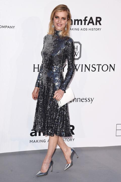 Ева Герцигова в роскошном серебристом платье-миди