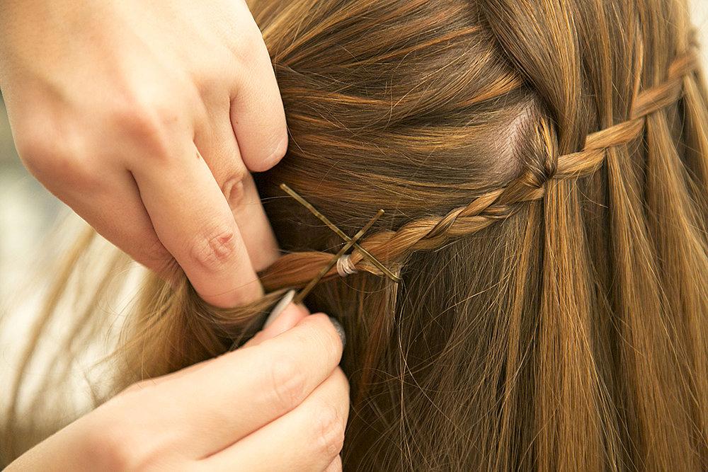 И в пир, и в мир: универсальная и элегантная коса-водопад - пошаговый урок с фото