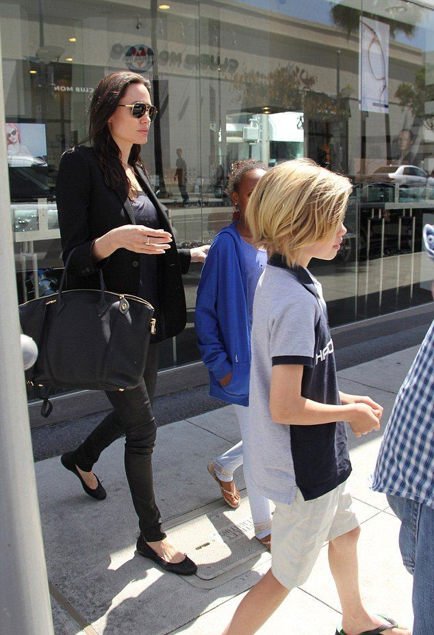 Фотофакт: Анджелина Джоли показала лицо без макияжа