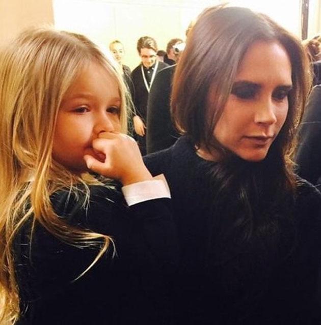 Фотофакт: Виктория Бекхэм водит маленькую дочь на маникюр