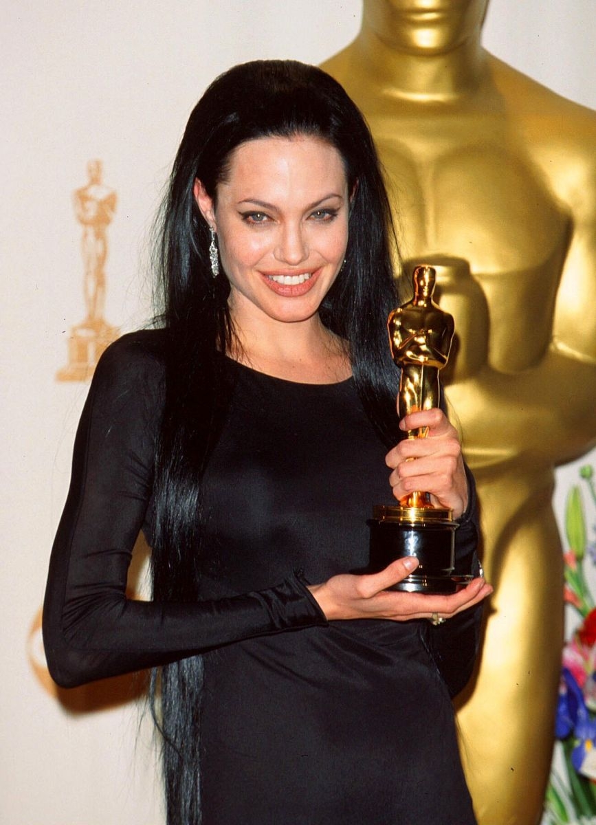 Сама сексуальность: Анджелина Джоли на церемонии вручения премии «Оскар 2000». За роль в фильме «Прерванная жизнь»