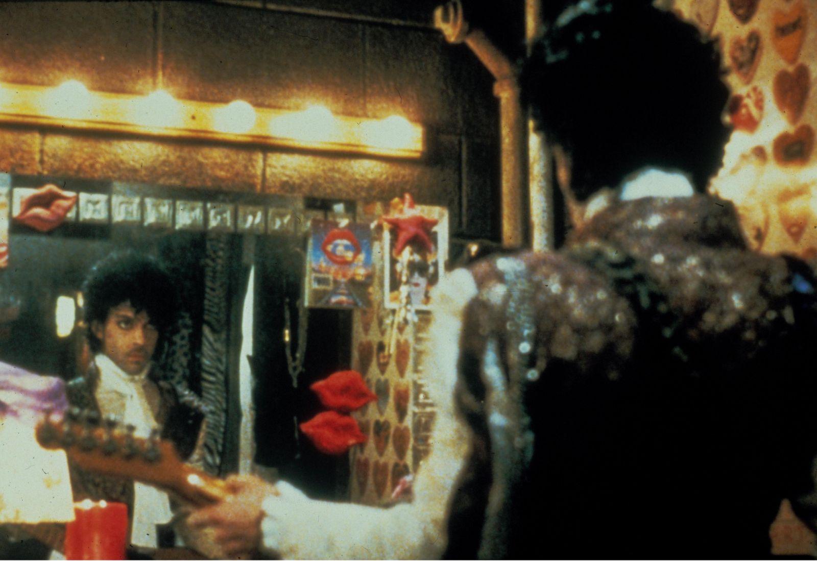 Жизнь в стиле ритм-энд-блюз: 8 самых стильных сценических образов Принса