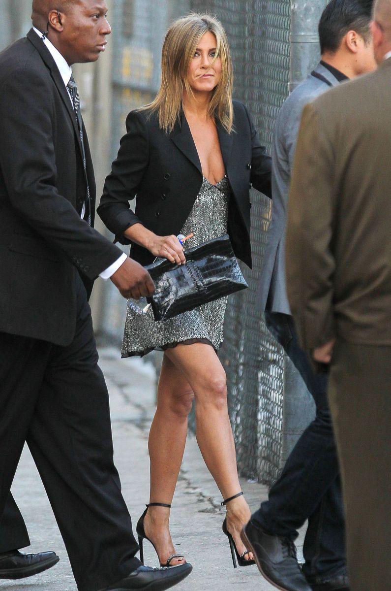 45-летняя Дженнифер Энистон шокировала мини-платьем