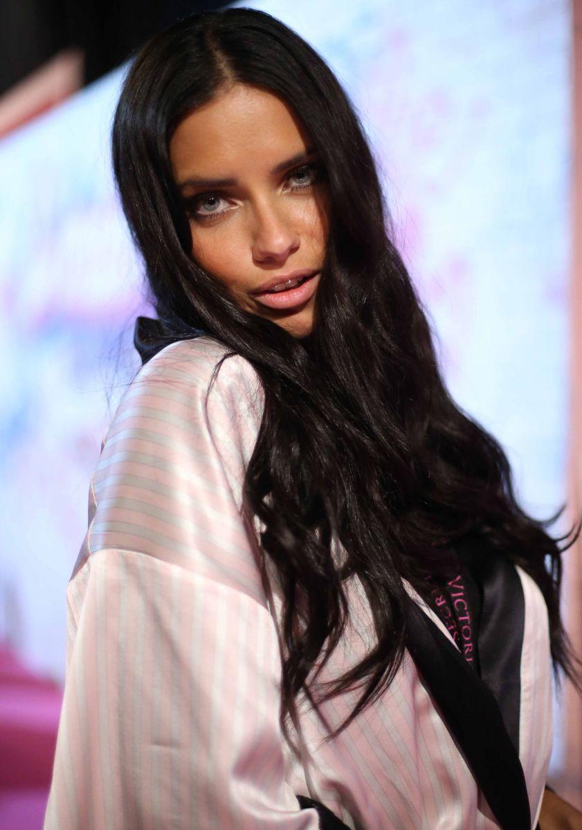 Адриана Лима раскрыла секрет своих сияющих красивых волос